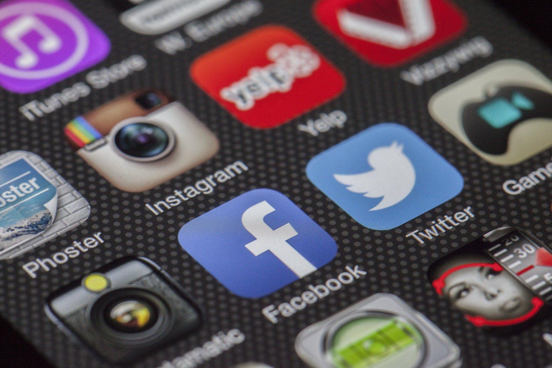 twitter-facebook-together-exchange-of-marketing