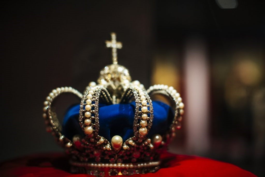 Small crown in a museum.